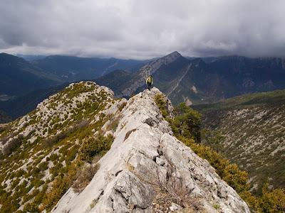 Avançant per la cresta, amb la Roca Tallada al fons