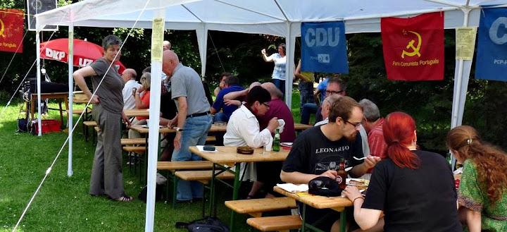 Festliche Stimmung unter Zelten im Garten der Karl-Liebknecht-Schule Leverkusen.