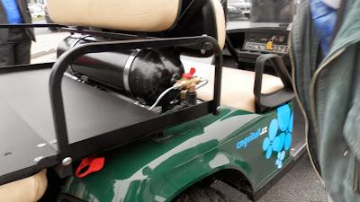 EZGO - wózek golfowy na gaz ziemny (CNG) z rozłożoną kanapą z tyłu