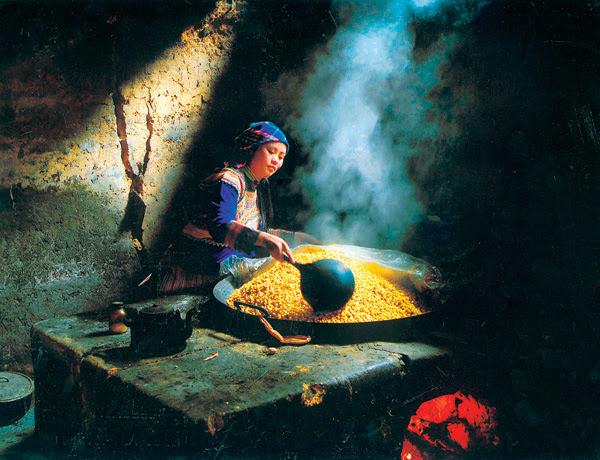 người phụ nữ Mông hăng say nấu rượu ngô