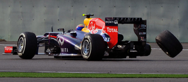 Mark Webber perdió una rueda durante la carrera del GP de China 2013