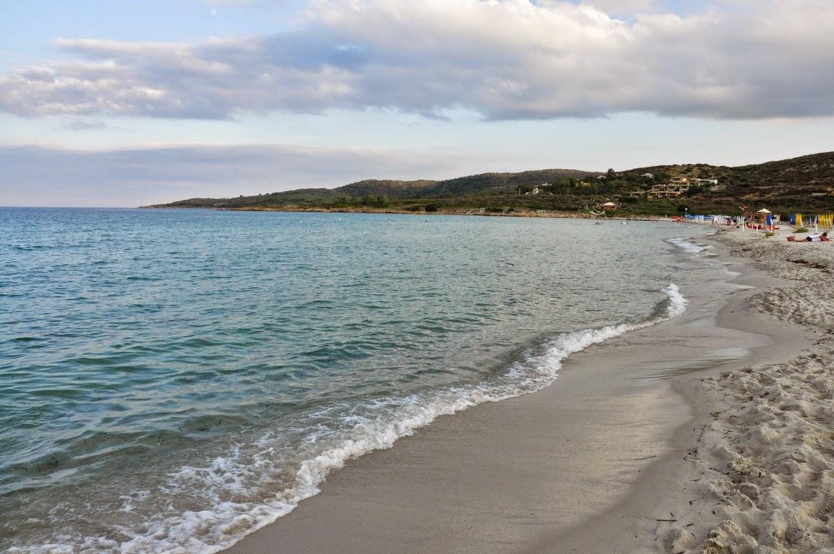 Пляж, где мало людей. Но хороший берег
