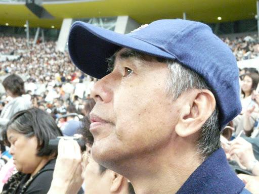 試合を眺める信治さん