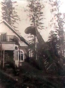 Аэроплан, воткнувшийся в землю около дома С.Н. Дурылина