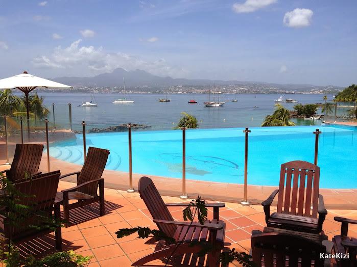 Бар и бассейн, с потрясающим видом на бухту