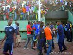 La police débordée de contenir des supporteurs de la RDC qui voulaient approcher des joueurs  après le dernier coup de sifflet de l'arbitre lors du match de la 6e et dernière journée des éliminatoires de la Can 2015-Guinée Equatorial contre  la Sierra Leone  le 19/11/2014 au stade Tata Raphaël à Kinshasa, score: 1-3. Radio Okapi/Ph. John Bompengo