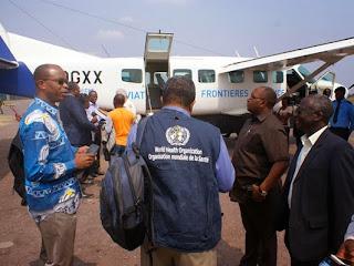 De gauche à droite, le Dr Jean-Marie Okwo Bele, Directeur du Département des Vaccins de l'OMS (HQ Genève), le Prof. Jean-Jacques Muyembe Tamfum, Directeur de l'INRB, le Dr Félix Kabange Numbi, Ministre de la Sante Publique et le Dr Joseph Waogodo Caboré, Représentant de l'OMS en RDC embarquant pour Boende via Mbandaka, dans un petit transporteur de 11 places   Photo : OMS/Eugene Kabambi