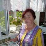 Галина Николаевна листает семейный альбом