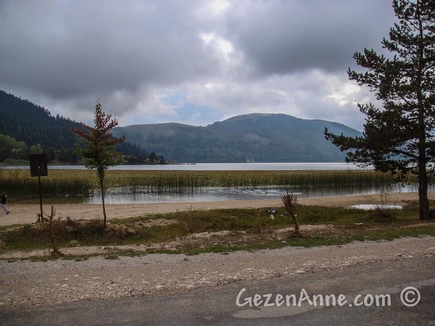 Bulutlu bir havada Bolu Abant Gölü manzarası