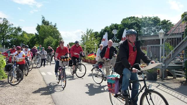 Radfahrer Rot-Gold unterwegs