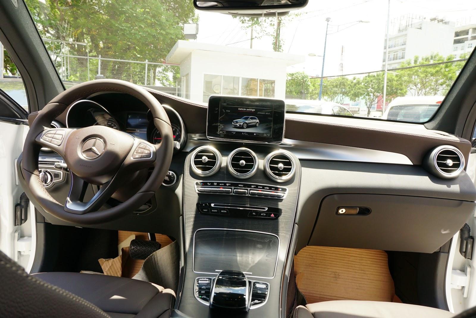 Khoang lái của Mercedes Benz GLC với nhiều tính năng hiện đại
