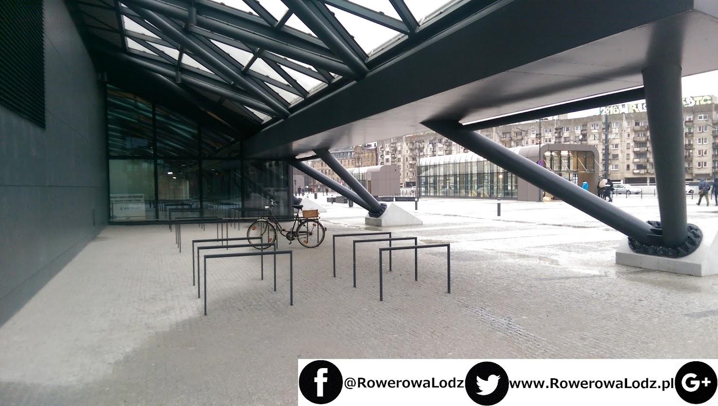 Wszystkie parkingi dla rowerów znajdują się od strony północnej (bliżej ulic POW i Knychalskiego)