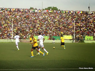 En jaune et noir, l'AS V.club a battu (1-0) le FC Shark XI, en blanc, au stade Tata Raphaël le 11 mars 2015.