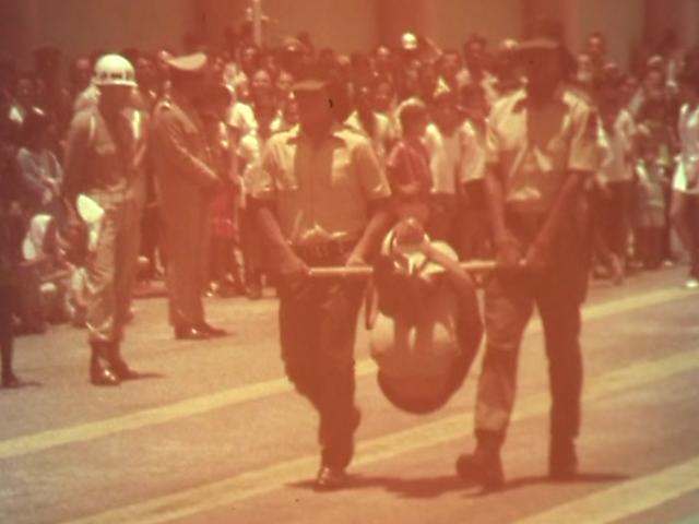 Segundo o fotojornalista Rodrigo Dias, a imagem, não menos terrível do que se parece, trata-se na realidade de uma demonstração de como torturar.
