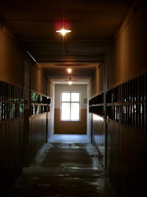 廊下の両脇に犠牲者の肖像写真が