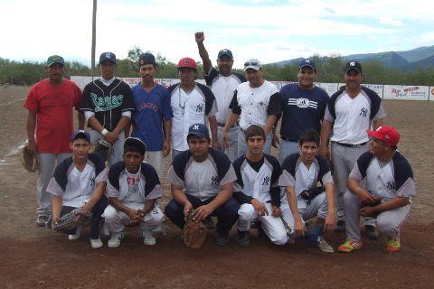 Equipo Yankees en el torneo de softbol del Club Sertoma