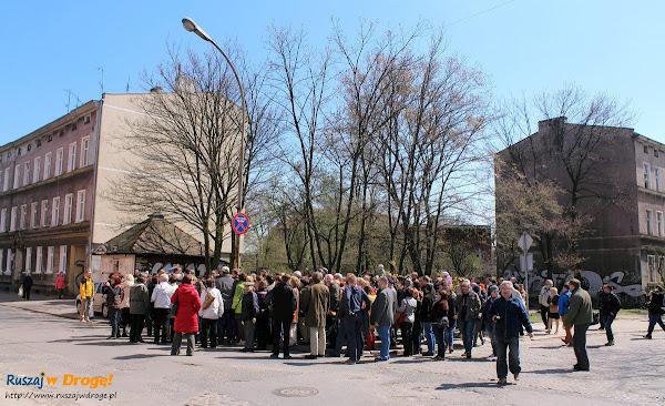 grupa spacerowiczów na ul. Wajdeloty
