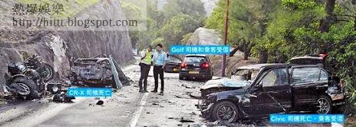 車禍現場一片狼藉,路面散滿汽車零件和碎片。