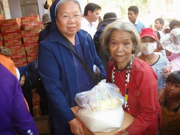 CĐ Sao Mai - Nha Trang thăm và tặng quà cho người nghèo ở Khánh Sơn