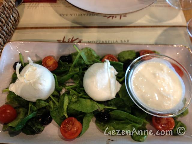 Napoli havaalanındaki mozzarella barda 3'lü mozzarella tabağı