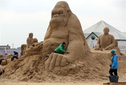 மணல் சிற்ப விழாவில் ஹாலிவூட் கதாபத்திரங்கள் : புகைப்படங்கள் Sculptors-place-finishing-touches-hollywood-20130326-063001-344