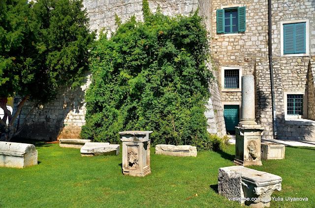 Остатки колонн и зданий венецианского периода в Шибенике