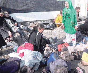 IMEJ menunjukkan Tarana menjerit ketakutan sambil dikelilingi mayat-mayat yang bergelimpangan selepas satu serangan bom berani mati di Kabul
