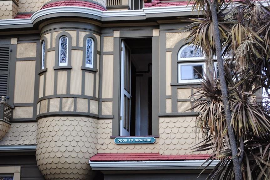 Muitas portas eram escondidas e davam para passagens secretas dentro da casa, entretanto outras terminavam em paredes ou mesmo se abriam para o lado de fora da casa