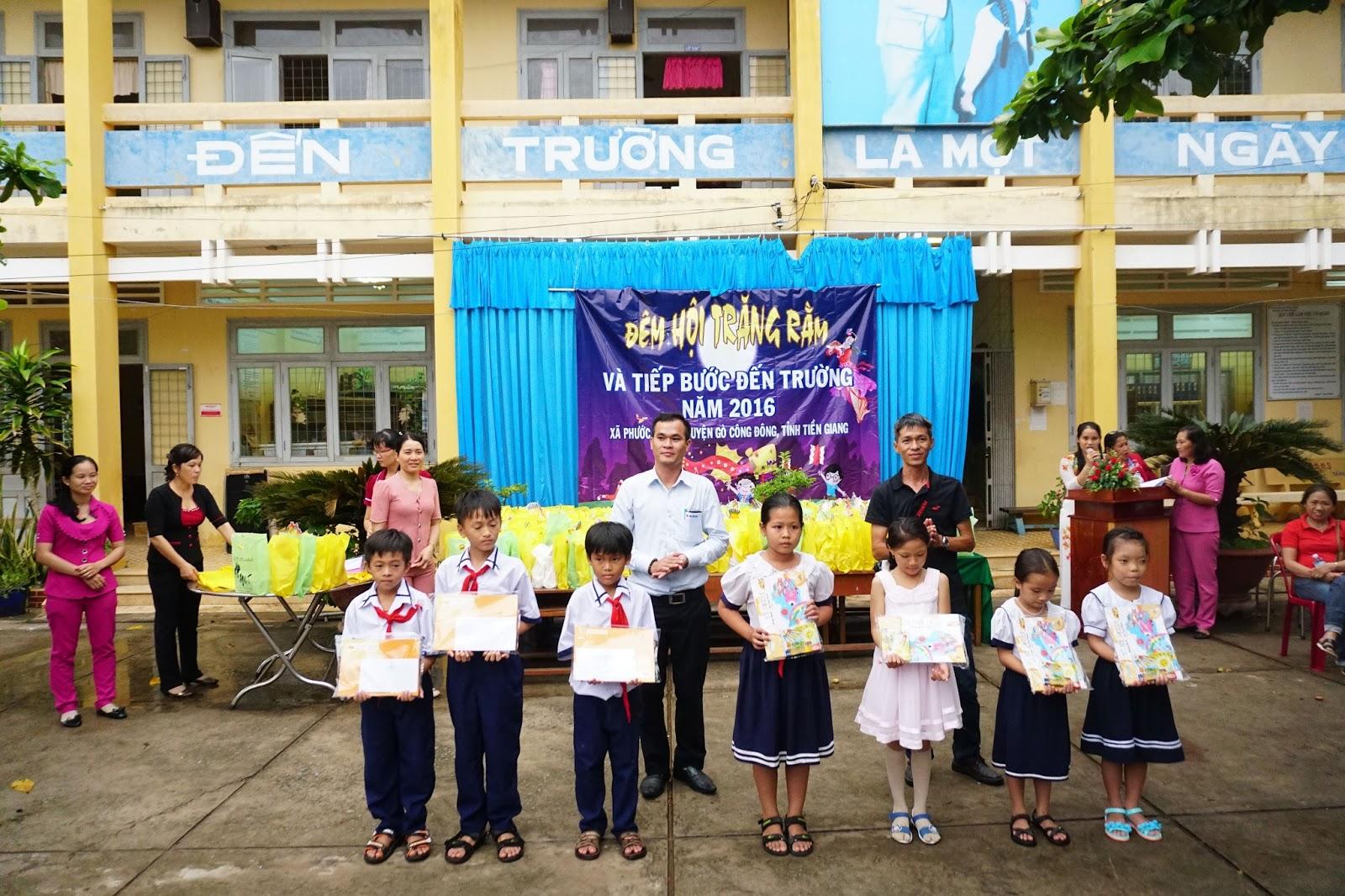 Đại diện Hội Suzuki Swift Sài Gòn tặng quà cho các học sinh