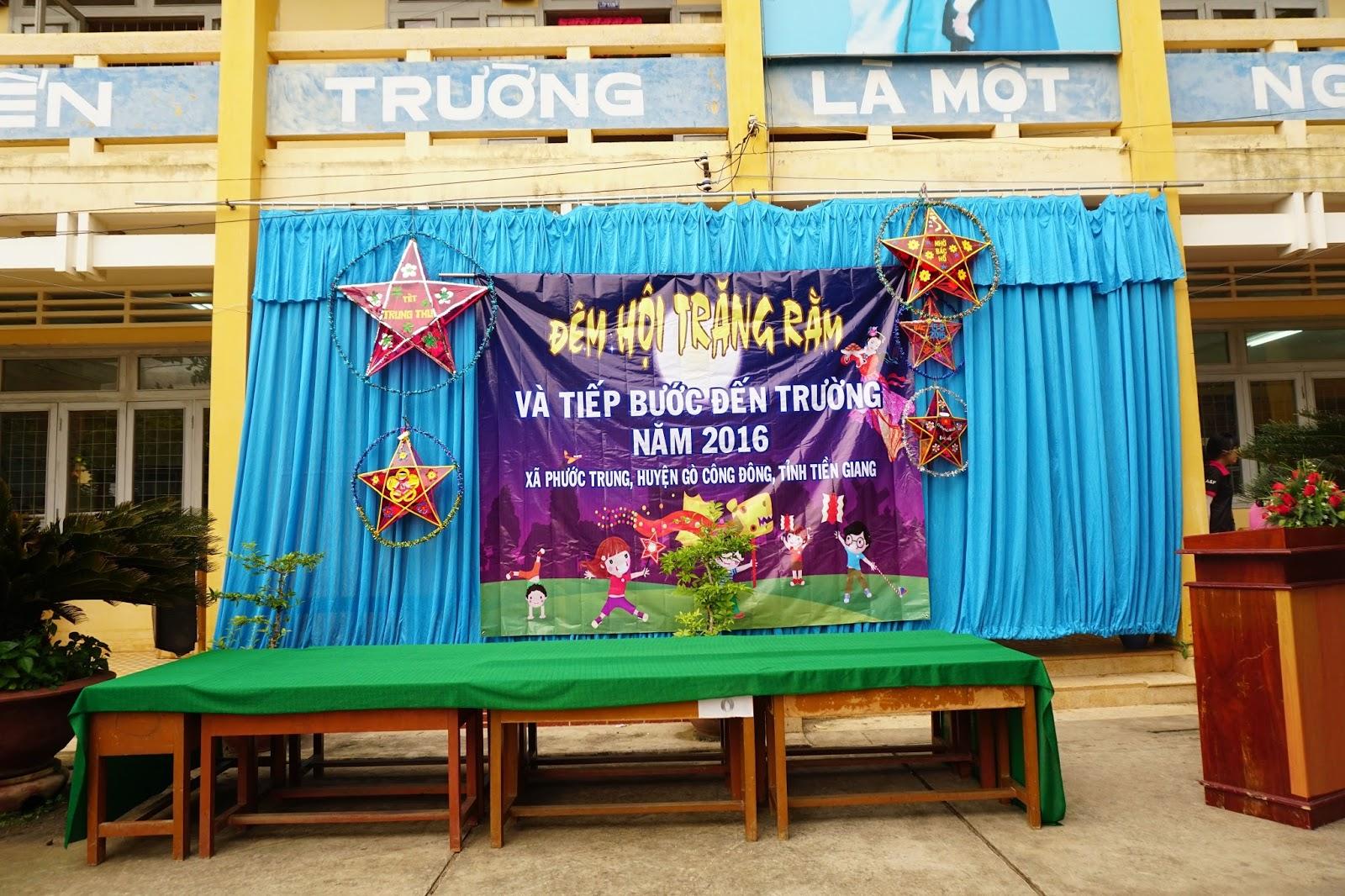 Sân khấu đơn giản, nhưng chứa đầy tình thương yêu của thầy cô cho học sinh của mình