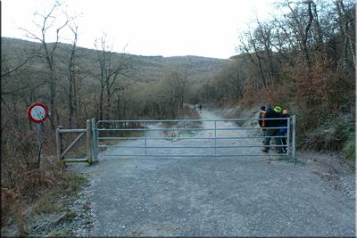 Tras el portón, pista de la derecha