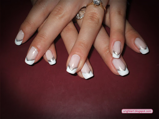 French manicure in V