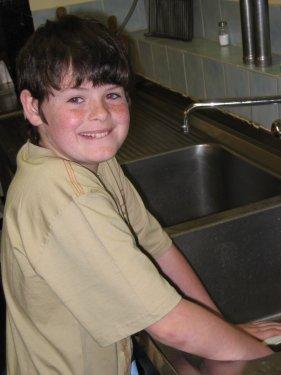 Deze jongeman ziet het volledig zitten om aan de afwas te beginnen.