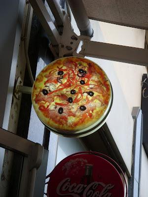 ピザ屋の看板