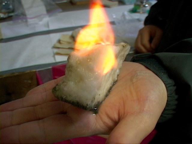 불타는 가스하이드레이트 덩어리