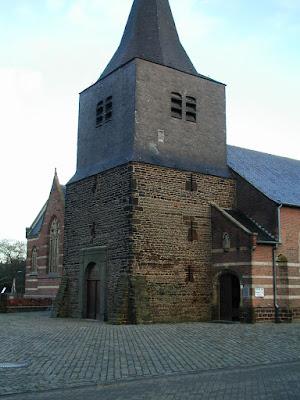 Ham, O.L.Vrouw geboortekerk. De toren uit de 10de E is allicht de oudste van het land.