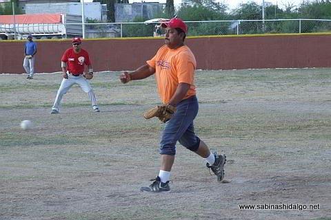 Candelario García lanzando por CNC en el torneo sabatino de softbol