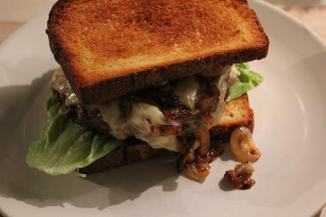 frisch gemachter Beef-Burger als Cheeseburger im Toast