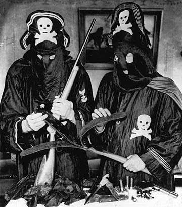 Dois cavaleiros negros se preparando para mais uma noite de terror da Legião Negra.