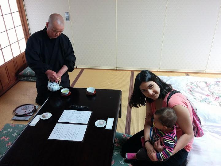 Tradicional bienvenida con té en Japón