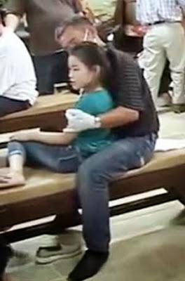 Một cháu bé sau khi ông Yên bấm huyệt vẫn phải dựa vào người khác chứ không tự ngồi được một mình.