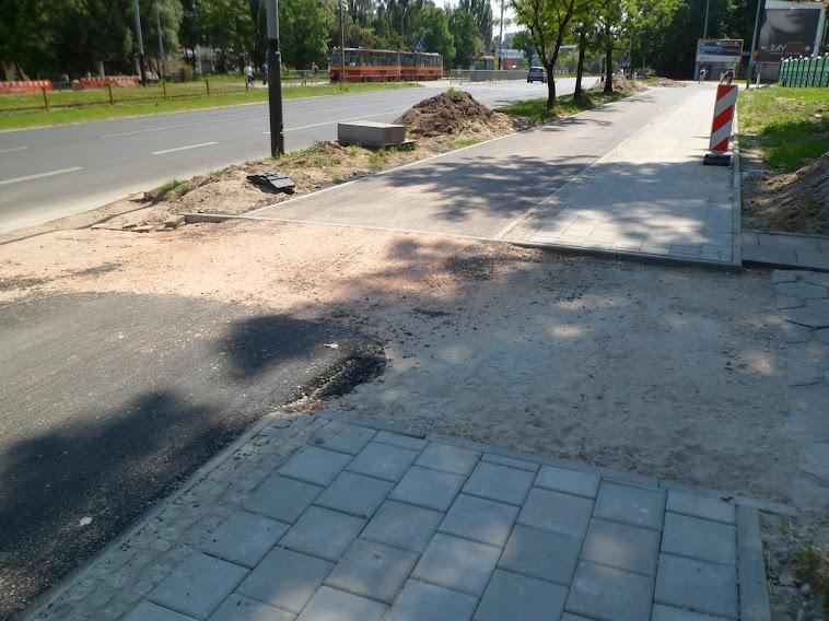 Dojazd do posesji w pobliżu skrzyżowania al. Politechniki i Felsztyńskiego. Niedokończony, ale wygląda na to że będzie ciągłość nawierzchni DDR w tym miejscu.
