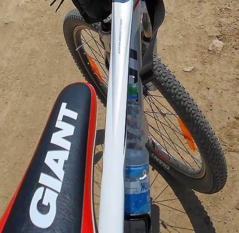 Giant Revel 3 Sattel und Rad auf Bergpiste in Kirgisien