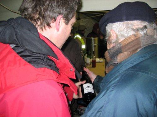 Ze keuren de fles eens. Het is wat moeilijk te zien maar het is een Pinot Noir uit 2007.