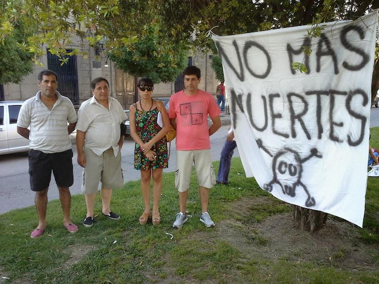 Familias de fallecidos se juntaron a reclamar a la Clínica Centro