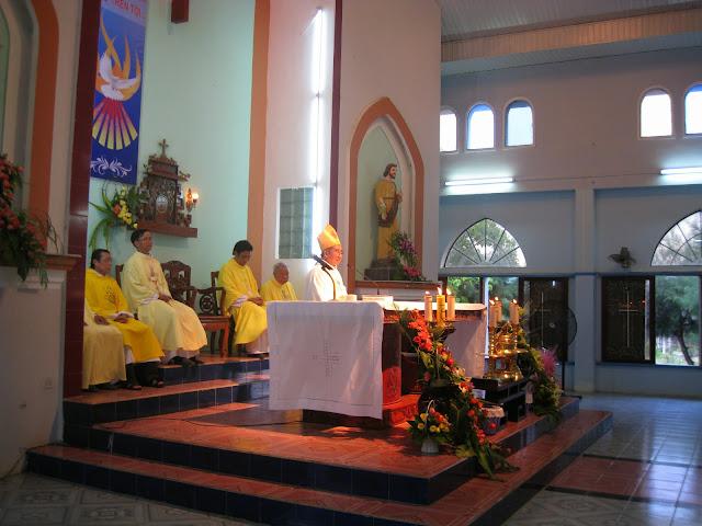 Hình ảnh thánh lễ và ban bí tích Thêm Sức tại Giáo xứ Thái Hòa