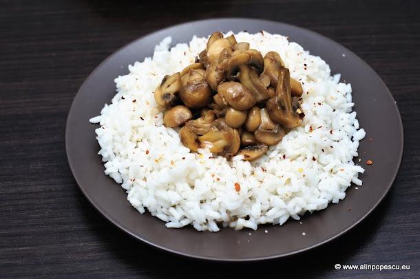 Ciuperci in stil asiatic cu orez