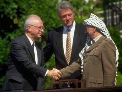 Yasser Arafat e Yitzhak Rabin em um aperto de mão que lhes rendeu o Nobel da Paz
