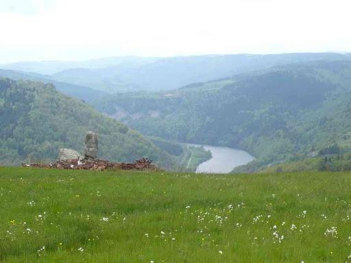 Sorte de menhir au-dessus du lac de Poutès