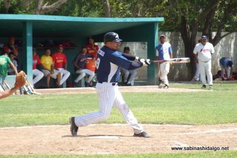 Ricardo Cárdenas bateando por Tiburones en el beisbol municipal